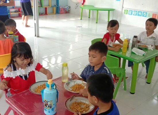 6. de wekelijkse maaltijd op Kota Palem Charis